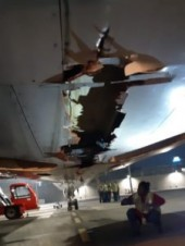 Взлетавший Боинг задел стену