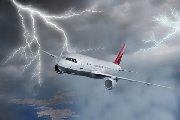 В самолет ударила молния. Полет нормальный